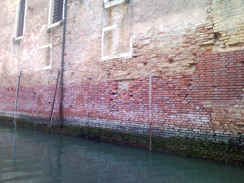 Crepe nei muri dell'Arsenale di Venezia